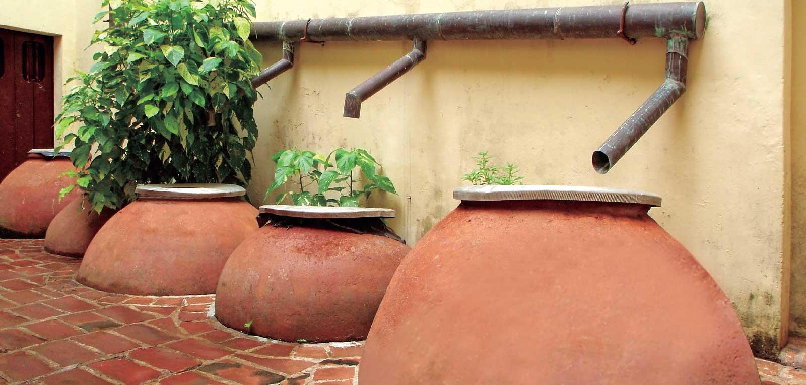 Water from the tinajon (earthenware clay pot), to stay in Camagüey